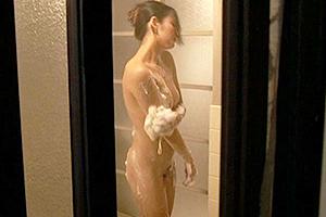 竹内紗里奈 友人の母親が入浴しているのを覗く男子!欲情してしまい人妻熟女にザーメンを中出し!