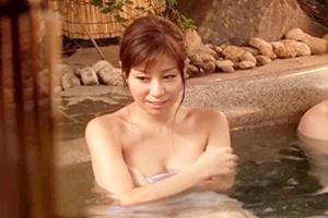 秋野千尋 巨乳美女が男湯にタオル一枚で入って体を洗ってあげた結果