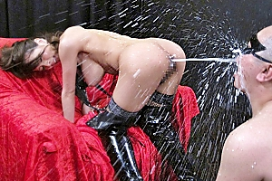 希咲エマ アナルに浣腸され液体大噴射するギャル!美巨乳おっぱいからも母乳を吹きまくるw