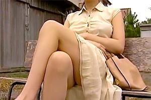 男を誘うようにバス待ちしてる女教師を痴漢して激しいセックスに!