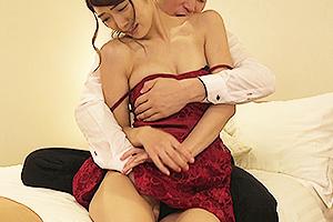 香苗レノン 同級生の元カレとNTRセックスしちゃう美人妻!全裸にされて中出しされる姿をハメ撮り!