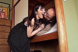 鈴原エミリ 押し入れで寝てるキモいオッサンの頭を舐めまわしベロチュ―までしちゃう変態美少女w