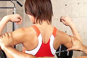 吉田遼子 筋肉質なアスリート体型の美人レスラー!全裸で露出全開のエッチなトレーニング中にイタズラ!