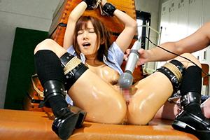 小島みなみ 制服姿の美少女JKが手首を拘束されて電マ責めで大量潮吹きしながら絶頂アクメ!