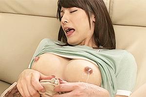 飯岡かなこ ノーブラ巨乳の人妻をローターで乳首責め!あまりの快感に母乳をお漏らしw