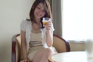 美人妻が真っ昼間から一人飲みしているのでナンパしてみた結果・・・