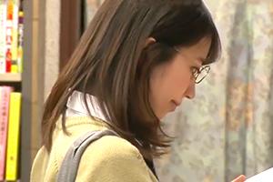 【本屋痴漢】優等生タイプのメガネ女子校生を狙って背後からレイプ!