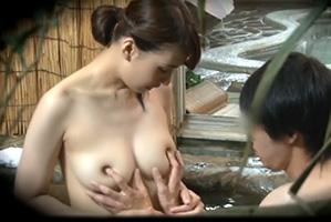 【盗撮】混浴温泉でやけに仲の良い姉弟が入ってきたと思ったらまさかの…