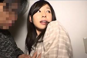 【個人撮影】旦那と子供が寝静まった自宅で無理やりハメ撮りされてる人妻