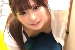 早川伊織 近所で見つけためちゃめちゃ美人な人妻の胸チラ