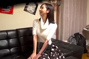 【盗撮】同じアパートに住む可愛いニット巨乳の人妻を部屋に連れ込む!