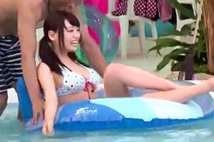 カップルを襲う悲劇。彼氏とプールに遊びに来た女子大生が痴漢に狙われた模様