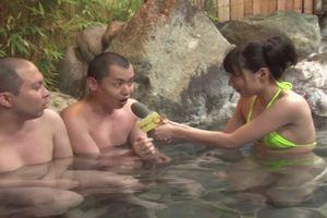 女子アナを目指しているJDが男湯にマイク片手に突撃レポすることに・・