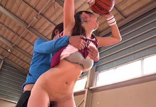 【桐谷まつり】ユニフォーム姿のHカップ美少女が体育館でコーチにヤラレちゃったw