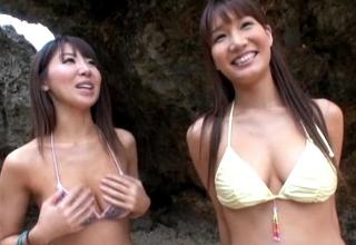 【知花メイサ 舞咲みくに】セクシービキニギャル二人に浜辺で手コキされちゃって・・・