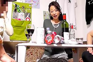 【人妻ナンパ】五十路の熟女二人組が若者とノリノリ乱交パーティー!