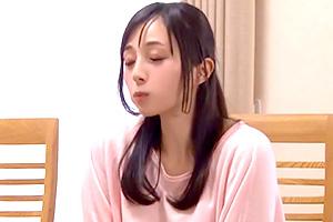 鈴原エミリ 姉の柔尻に思わず勃起!リビングで親にバレないようにこっそりハメる…