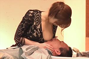 吉澤友貴 巨乳を押し当てて誘惑してくる痴女美容師