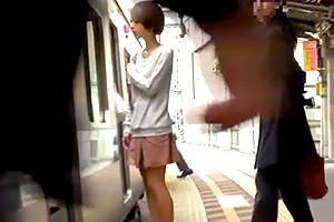 【痴漢レイプ】満員電車で30分もの間、執拗にマンコを攻め続けられる…