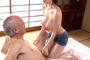 吉川あいみ 巨乳介護士のエッチなサービスで枯れ果てたジジイも生き返る。