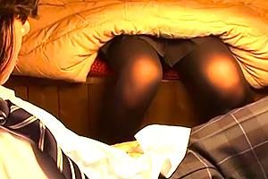 【近親相姦】こたつの中はエロの宝庫。姉貴の黒タイツ美脚でチンコいじられまくった…