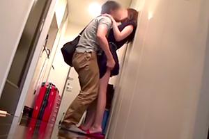 【個人撮影】スリルと背徳感。人妻がガチ自宅に男を連れ込む…