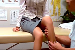 【盗撮】タイトスカートの美脚OLがストレス解消にマッサージを…