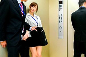 天使もえ エレベーター内でM男のチンポをフェラ抜きする小悪魔OL