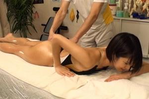 湊莉久 女子大生スイマーが整体師の手マンでガクガク震えるSEX動画