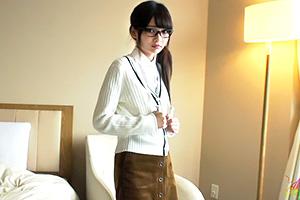 跡美しゅり 大人しそうな文化系メガネ美少女がうまそうにフェラ