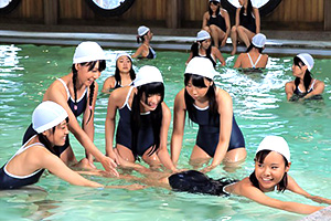 プールで遊ぶロリ少女3人をまとめてハメる大人