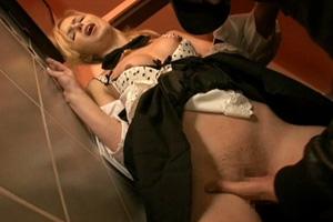 勤務中に怪しい男性客に手マンされた金髪ウェイトレスのレイプ動画
