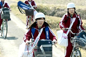 【レイプ】田舎の純朴なヘルメット学生を屈強な男たちが取り囲んで…