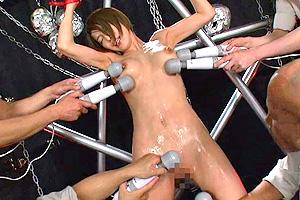 君島みお 生意気な女教師を自作した鉄拘束具に磔にして犯しまくる!