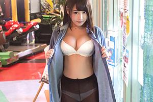 浜崎真緒 露出調教。男の言いなりになる美女を公衆便所でハメる