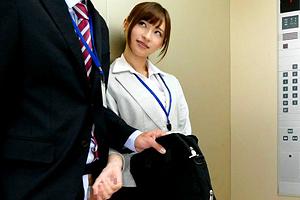 天使もえ 会社のエレベーターで上司をフェラ抜きする痴女OL!