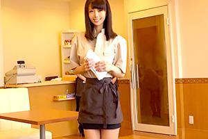 清城ゆき 笑顔が可愛いファミレス店員をトイレに連れ込んでハメる!