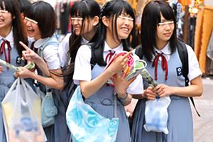 【JK】田舎から修学旅行でやってきた少女たちに都会の怖さを教える…