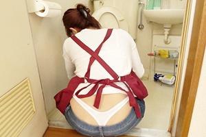 【人妻】家事代行で来た美人妻のジーパンから見える下着がエロ過ぎる!