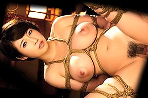 奥田咲 豊満な肉体に食い込む麻縄。巨乳人妻を緊縛調教で犯す!