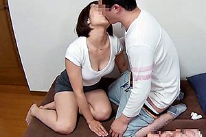 赤瀬尚子 息子がオナニーしているのを目撃したお母さん!キスを交わして近親相姦に突入w