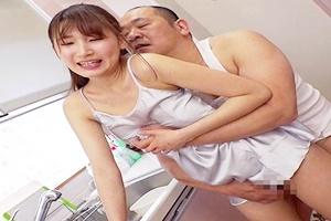 三原ほのか 欲求不満の巨乳人妻が下着スリップのままキッチンで中だしセックス!