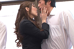 椎名ゆな 生徒達をキスで誘惑するメガネ女教師!二本のちんぽをねっとりフェラして口内射精w