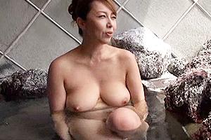 風間ゆみ 巨乳の美熟女とハメ撮り温泉旅行!お風呂の中で不倫セックスしてしまい激しい立ちバック!