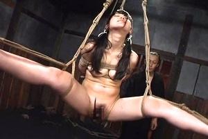宮崎あや 吊られて拷問!卑猥なポーズで完全拘束された黒髪ツインテールなロリ美少女