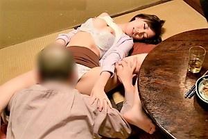 山手栞 義父との過ちが忘れられない息子の嫁が人妻なのに巨乳揉まれまくって寝取られSEX