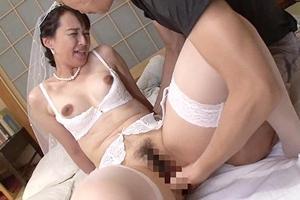 安野由美 お母さんが再婚した相手がまさかの親友だった!手マンで愛撫され感じる母
