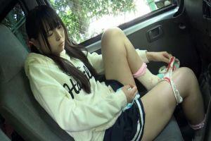 黒髪ツインテールのちっぱい童顔美少女!車内でTバックの下着に着替えさせ野外で美尻を露出w