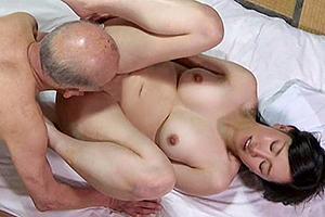 【ヘンリー塚本】新堂有望 介護する義父にカラダを許してしまう人妻の寝取られSEX!
