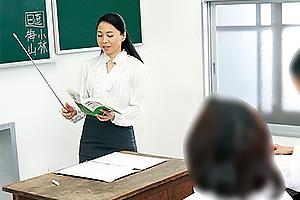 吉野かおる 授業中に生徒にいたずらされながらも感じてしまい声を我慢する変態女教師